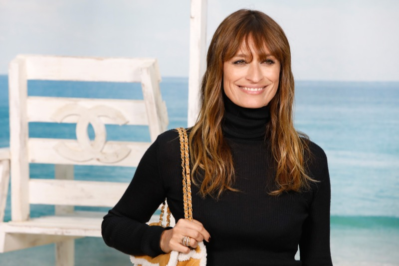 CAROLINE DE MAIGRET, CHANEL Ambassador, wore a floral printed skirt, look 52, with a black wool turtleneck, both from the Fall-Winter 2018/19 Ready-to-Wear collection. CHANEL bag and shoes. CHANEL Fine Jewellery, Coco Crush ring in 18K white and yellow goldand diamonds. CHANEL Makeup