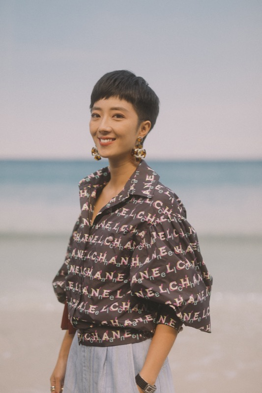 GWEI LUN MEI, CHANEL Ambassador, wore a printed top & denim jeans, from the Spring-Summer Act 1 2019 Ready-to-Wear collection. CHANEL bag. CHANEL Fine Jewellery, Code Coco watch in black ceramic with diamonds, Coco Crush ring in 18K white gold, Coco Crush ring in 18K yellow gold, Coco Crush ring in 18K beige gold