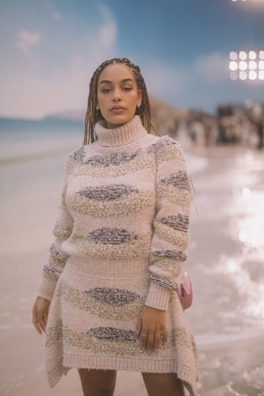 The English singer, Jorja Smith, wore a woollen dress, look 54, from the Fall/Winter 2018/19 Ready-to-Wear collection. CHANEL bag & shoes. CHANEL Fine Jewellery: Camélia Précieux earrings and ring in 18K white gold and diamonds, and Coco Crush earrings in 18K white gold and diamonds. CHANEL Makeup