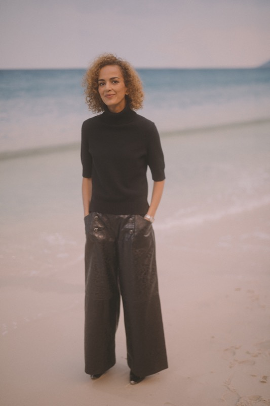 The French writer, LEÏLA SLIMANI, wore black leather pants, from the Paris-Hamburg 2017/18 collection with a black cashmere sweater. CHANEL Makeup