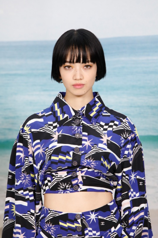 Nana Komatsu, CHANEL Ambassador, wore printed top & pants, look 80, from the Cruise 2019 Ready-to-Wear collection. CHANEL Fine Jewellery, Coco Crush and Lion Petite rings in 18K white gold and diamonds.