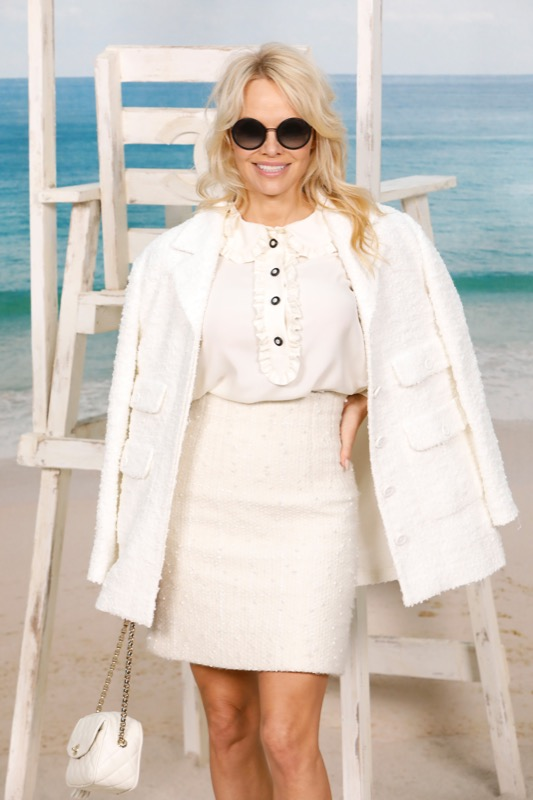The Canadian actress, PAMELA ANDERSON, wore a white top & skirt, from the Fall/Winter 2018/19 Ready-to-Wear collection. CHANEL accessories & bag. CHANEL Makeup.