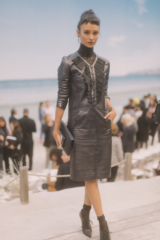 The Indonesian actress & artist, SALVITA DECORTE, wore a black leather dress, from the Fall-Winter 2018/19 Ready-to-Wear collection. CHANEL shoes & bag. CHANEL Fine Jewellery, Code Coco watch in steel with diamonds. CHANEL Makeup