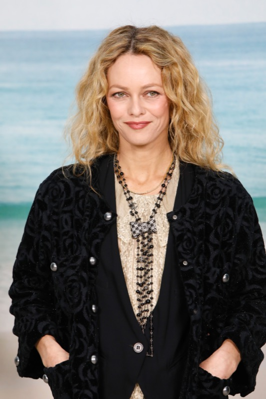 Vanessa Paradis, Chanel Ambassador, wore a black velvet jacket with Chanel accessories and Makeup.