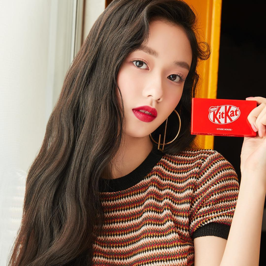 Model wearing Colorful Vivid Tint and Play Color Eyes Mini Kit in Kit Kat Original