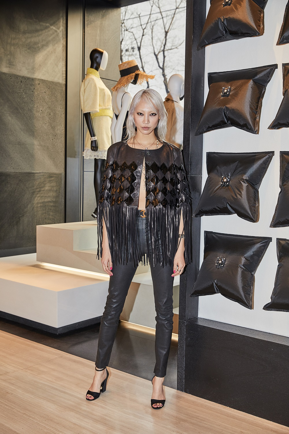 Soo Joo Park wore a black leather jacket (look 66 from the Spring-Summer 2019 Ready-to-Wear collection), with black leather pants and CHANEL shoes.