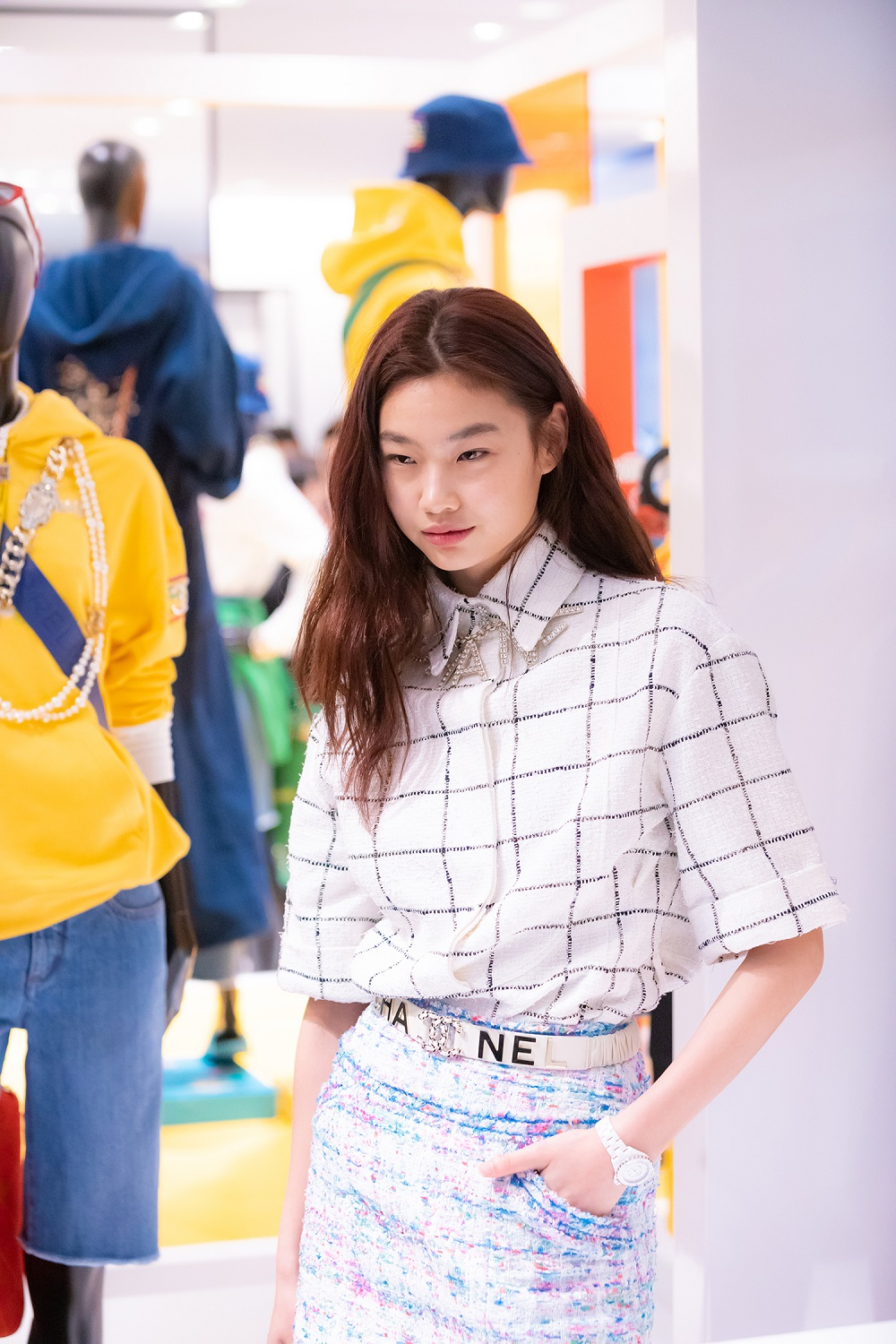 Hoyeon Jung wore a black and white striped tweed blouse and tweed skirt (look 14 from the Spring-Summer 2019 Ready-to-Wear collection), CHANEL accessories, bag and shoes. She also wore