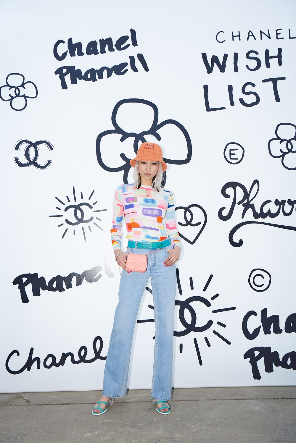 Soo Joo Park wore a multicolour sweater (look 25 from the Spring-Summer 2019 Ready-to-Wear collection), light blue jeans (look 20 from the Spring-Summer 2019 Act 1 Ready-to-Wear collection), and accessories from the CHANEL-Pharrell capsule collection.