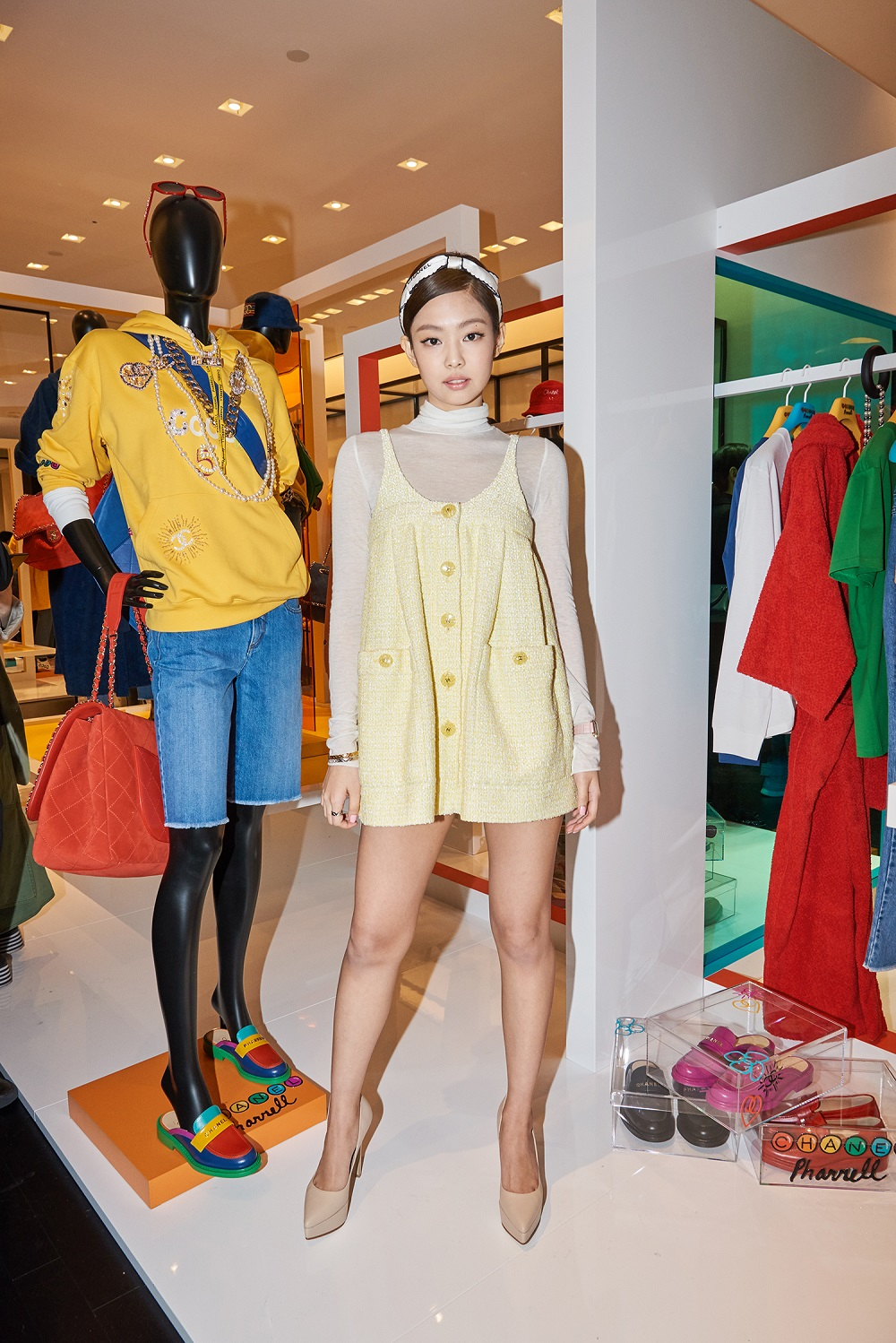 Jennie Kim wore a yellow tweed top (look 42 from the Spring-Summer 2019 Ready-to-Wear) and CHANEL accessories.