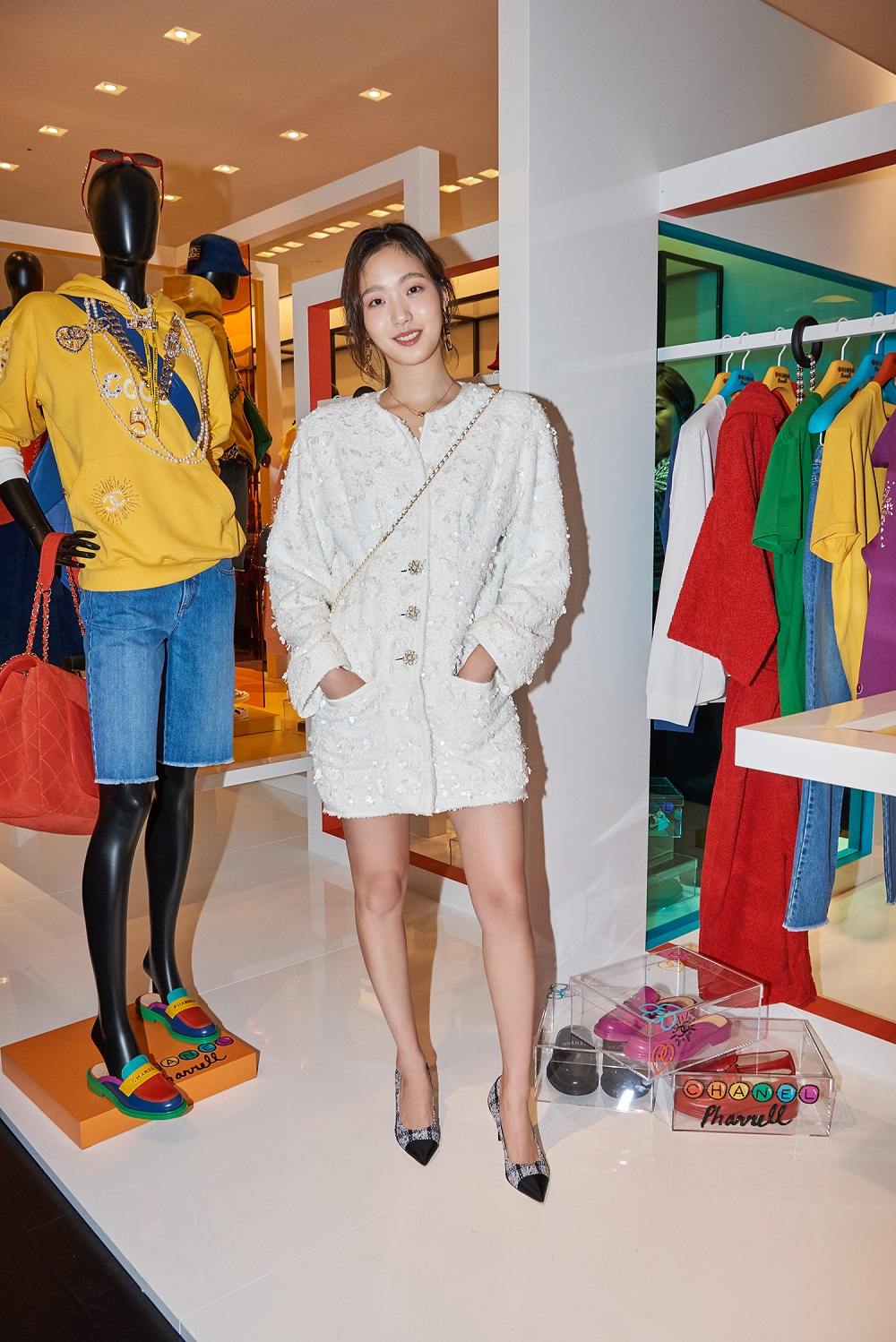 Go-eun Kim wore a white tweed embroidered dress (look 20 from the Spring-Summer 2019 Ready-to-Wear collection), CHANEL accessories, bag and shoes. She also wore