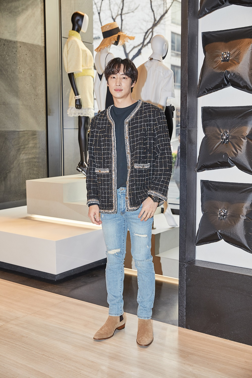 Je-hoon Lee wore a tweed jacket (look 2 from the Spring-Summer 2017 Ready-to-Wear collection) and