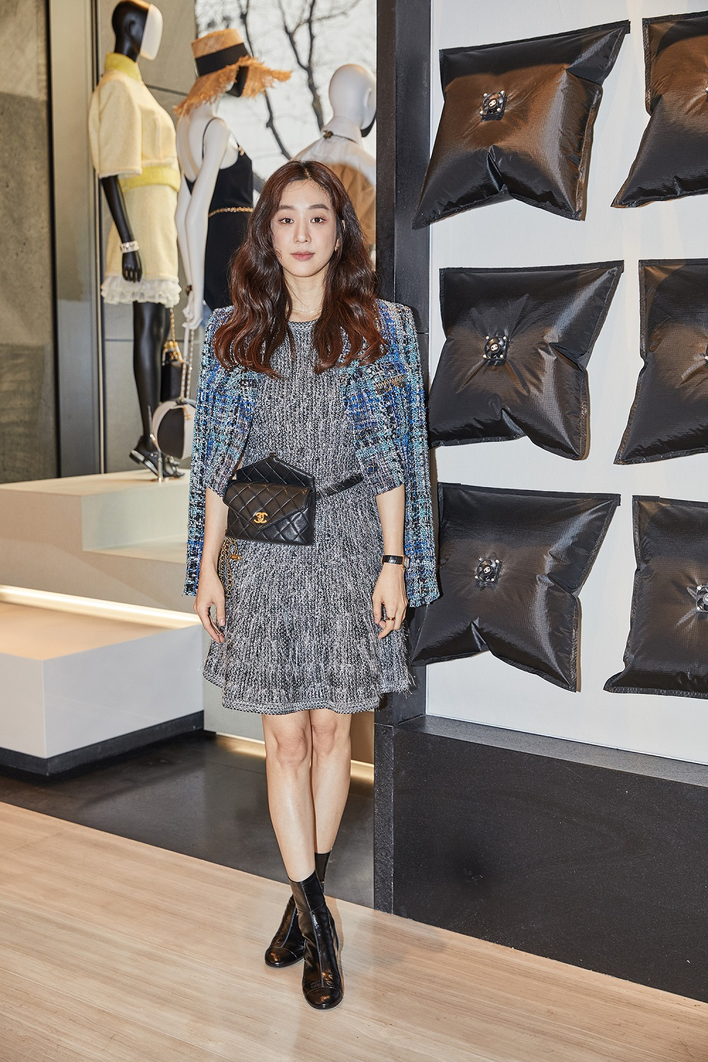 Ryeo-Won Jung wore an iridescent grey tweed dress (look 58), a blue tweed jacket (look 29) from the Spring-Summer 2019 Act 1 Ready-to-Wear collection, CHANEL bag, accessories and shoes. She also wore