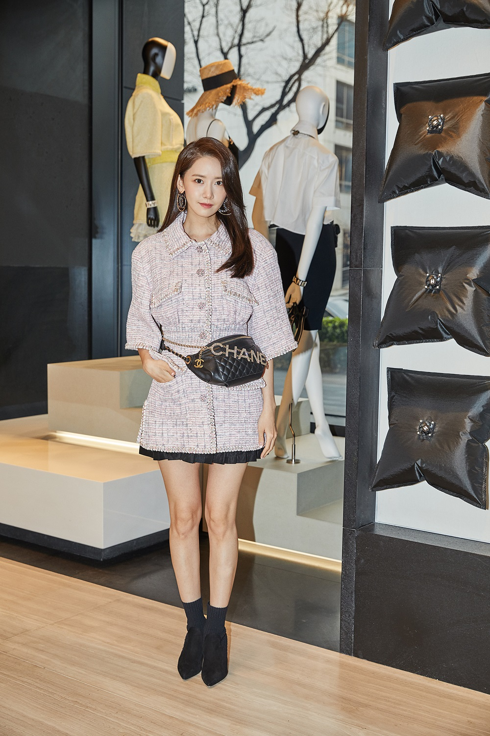 Yoona Lim wore a pink and white tweed jacket (look 19 from the Spring-Summer 2019 Ready-to-Wear collection), CHANEL accessories and bag.