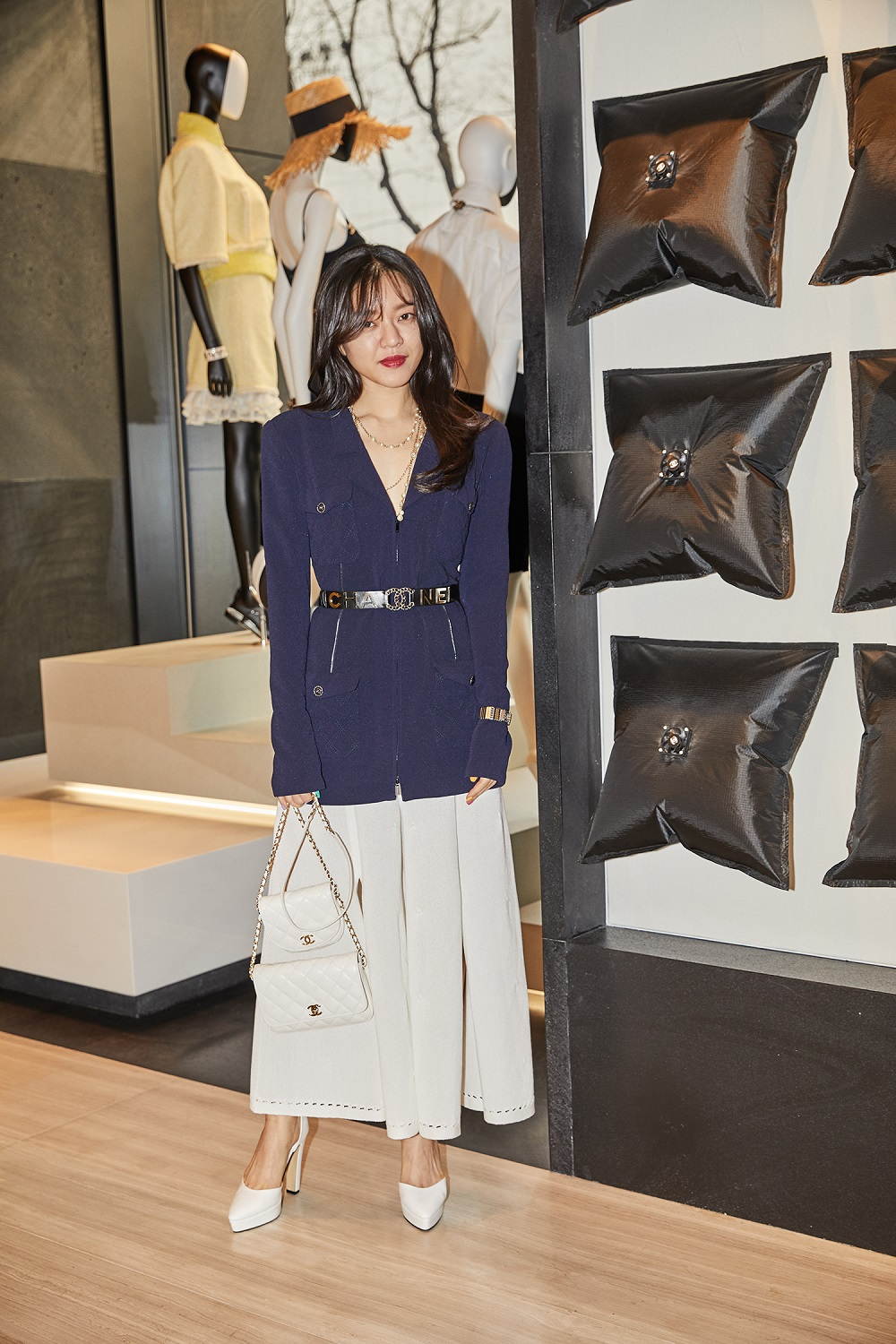 Ah-sung Go wore a black cotton jacket (look 70 from the Spring-Summer 2019 Ready-to-Wear collection), white cotton pants (look 67 from the Spring-Summer 2019 Act 1 Ready-to-Wear collection), CHANEL accessories and bag. She also wore