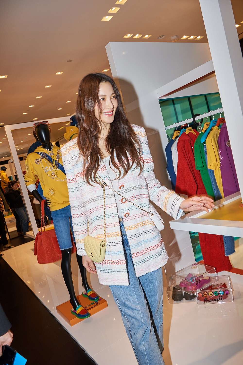 Claudia Kim wore a white striped tweed jacket (look 24), blue jeans (look 56) from the Spring-Summer 2019 Ready-to-Wear collection, CHANEL bag and accessories. She also wore
